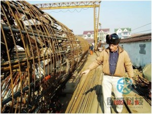 Foreign engineer checks pipeline Hangzhou Bay Bridge