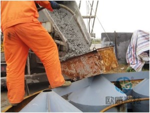 Pour concrete into load cell 1 Jiaxing - Shaoxing River-Crossing Bridge